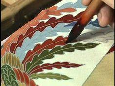 京友禅の老舗「千總」 友禅染 PROCESS OF YUZEN designing and hand painting of a kimono, a wonderful insightful video. Japanese Textiles, Japanese Fabric, Japanese Art, Japanese Embroidery, Hand Embroidery, Embroidery Designs, Sashiko Embroidery, Fabric Painting, Fabric Art