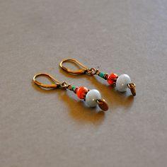 """Boucles d'oreilles fantaisies colorées pierres fines et sequins bronzes : Modèle """"Elline"""" : Boucles d'oreille par kanakeis"""