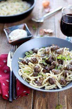 Les spätzels sont des pâtes d'origine alsacienne. Je les ai associés ici en toute simplicité avec une poêlée de champignons de Paris, du parmesan et du per