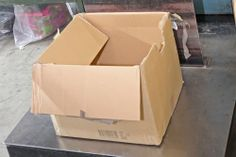 15 – Die SHUUZ Sammelstellen erhalten für das Gesamtgewicht aller verwertbaren Schuhe einen Erlös, der auf der SHUUZ Homepage mithilfe des SHUUZ Rechners vorab ermittelt werden kann. Damit der tatsächliche Wert exakt erfasst werden kann, wird neben den nicht mehr verwertbaren Schuhen auch der leere Karton gewogen.