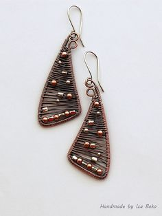 izabako is a superb craftswoman. She specializes in wire wrapped jewelry. it's diverse and impressive. Wire Jewelry Earrings, Wire Wrapped Earrings, Diy Earrings, Copper Jewelry, Earrings Handmade, Beaded Jewelry, Handmade Jewelry, Copper Wire, Unique Earrings
