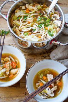 Eine kräftigende Suppe voller asiatischer Aromen. Schnell gemacht, lecker und sättigend. Sie ist voller gesunder Zutaten, die jede Erkältung bekämpft.  Rezept für asiatische Hühnersuppe mit gebratene Hühnerbrüste, Champignons, Chinakohl, Karotten und super leckere Udon-Nudeln in einer Knoblaucher-Ingwer-Brühe mit asiatischen Aromen.