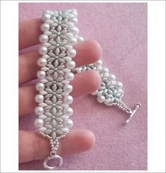 Seed bead jewelry Bracciale Ice (DIY - Ice Bracelet) with pearls and superduos ~ Seed Bead Tutorials Discovred by : Linda Linebaugh Bead Jewellery, Seed Bead Jewelry, Beaded Jewelry, Handmade Jewelry, Bead Earrings, Seed Beads, Beaded Braclets, Beaded Bracelets Tutorial, Peyote Bracelet