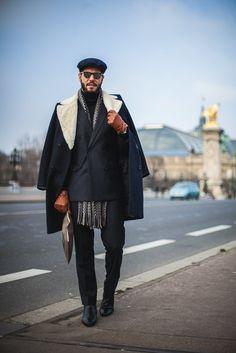 Inspiração de Street Style masculino com sobre como gola de pele fake e chapéu.