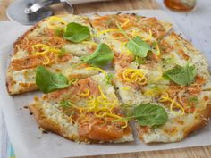 pâte à pizza, saumon, crème fraîche épaisse, mozzarella, origan, huile d'olive, citron Lunch Recipes, Breakfast Recipes, Dinner Recipes, Cooking Recipes, Pizza Cake, Quiche, Pizza Legume, Pizza Tarts, Brunch