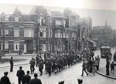 8 juni 1940, een groep gevangen genomen Franse soldaten wordt hier afgevoerd door de Duitsers