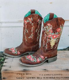 Corral Embroidered Floral Leather Western Boot – Women's Shoes in LD Tan Cute Cowgirl Boots, Cowboy Boots Women, Cute Boots, Western Shoes, Western Boot, Western Style, Cowgirl Style, Over Boots, Wedding Boots