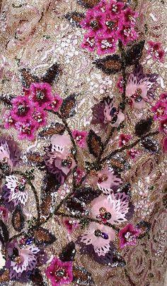 В продолжение моих прошлых публикаций о вышивках высокой моды — очередная подборка креативной вышивки, собранной на просторах сети :) В этой части — много примеров вышивки блестками (пайетками) и стеклярусом. Но не только: есть и очень красивые вышивки просто нитками, не говоря уже о том, что почти везде в сложных узорах используется и бисер, и стеклярус, и пайетки, и нитки, и бусины, и элементы из ткани, и даже пластиковые шнуры!