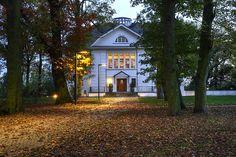 Ein schöner Herbstspaziergang durch den Heine Park mit der frisch renovierten Villa am Ende des Weges