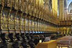 Catedral de Barcelona | El Cor. L'any 1483 l'alemany Michael Lochner va ser encarregat de fer les talles dels dossers de forma d'alts pinacles, degut a la seva mort al 1490, va haver de continuar Johan Friederich Kassel fins a l'any 1497. L'any 1517 l'escultor Bartolomé Ordóñez projectà les mampares de fusta de roure per a l'accés al cadirat, una de les grans obres de l'escultura del Renaixement hispànic. també intervingué  Diego de Siloé.