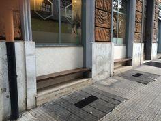 vetrina con panca per chi aspetta o fuma un cicchino