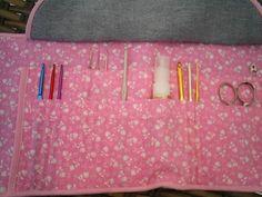 Porta agulhas de crochê feito em tecido jeans e algodão com flores brancas no tecido rosa e viés rosa.l. Porta 38 agulhas de crochê de diferentes tamanhos, tesoura , régua (10 cm) , agulha de tapeceiro e alfinete. Dobrado vira uma carteira de 10 cm de largura por 17 cm de comprimento. Fecho com velcro. cor disponível - a da foto. Ótima idéia para presentear crocheteiras. As agulhas , tesoura, etc, não acompanha o produto é meramente ilustração. R$ 23,00