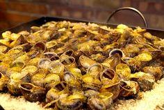 Cargols a la llauna, Gastronomia catalana Spanish Cuisine, Spanish Food, Portuguese Recipes, Portuguese Food, Salsa Aioli, Snail, Paella, Street Food, Catalan Food