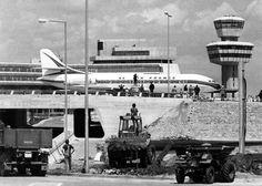 1974 Flughafen Tegel eine Air FRance Maschine rollt im Juni 1974 am neuen noch nicht fertig gestellten Tower vorbei.Das neue Terminal wird am 23.20.1974 eingeweiht.