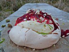 Minipavlova med vaniljekrem og rørte bær  {Bakemagi.no} Pudding Desserts, Frisk, Eggs, Breakfast, Food, Morning Coffee, Essen, Egg, Meals