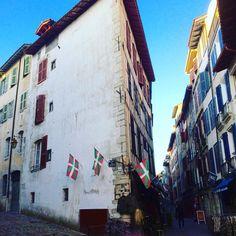 Rue des Basques #bayonne #baiona #paysbasque #euskalherria #euskal #euskalduna #basque #potd #ville #town #hiri #red #rouge #gorri #street #rue #karrika #euskalgram #drapeau #flag #ikurriña