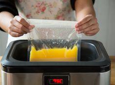 Für Köche mit Spieltrieb: Die Sauce Hollandaise aus dem Sous-Vide-Garer wirkt zunächst kompliziert, ist aber im Grunde ziemlich einfach. So funktioniert's.
