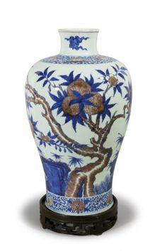 """Vaso """"Mei Ping"""" in porcellana bianca e blu con applicazione di rosso e decoro a """"Nove pesche"""", marcato sul fondo """"Kang-Xi"""", Cina sec.XVIII h cm 36"""