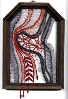 Krajka ve strukturách dřeva « Galerie | Paličkování - hra a tvoření Bobbin Lacemaking, Yarn Thread, Lace Heart, Lace Jewelry, Lace Making, Lace Detail, Fiber Art, Art Projects, Abstract Art