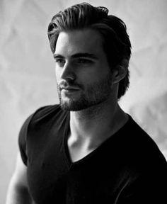 modello-capelli-moda-ciuffo-indietro-gel-castano-scuri-barba-t-shirt-v-nera