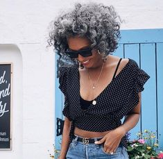 Silver beauty … yes! Grey Hair Brown Skin, Long Gray Hair, Grey Hair Journey, Silver Haired Beauties, Silver White Hair, Curly Hair Styles, Natural Hair Styles, Grey Hair Inspiration, Pelo Afro