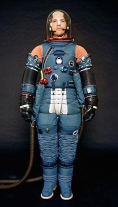 宇宙空間へ人間が飛び出すには絶対欠かせない宇宙服。地球上とは異なる厳しい環境から宇宙飛行士を守ってくれる、頼れる存在です。 宇宙飛行士が安心して宇宙へ向かい、安全に過ごせるよう宇宙服は今もなお改良を重ねて、進化し続けています。 今回はそんな宇宙服の歴史と、比較的最近の宇宙服をご紹介しましょう。