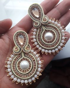 Cordóns soutache turco, miyuki japonesa, piedras mexicanas y manos colombianas, el mundo en una pieza... feliz lunes . ...… Gold Bridal Earrings, Beaded Earrings, Earrings Handmade, Bridal Jewelry, Handmade Jewelry, Bead Embroidery Jewelry, Fabric Jewelry, Crochet Earrings Pattern, Shibori