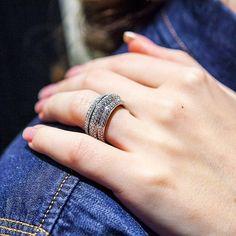 Possession ring in white gold, set with 322 brilliant-cut diamonds.