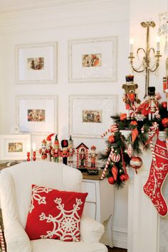 Noël chez les Airoldi - Décormag: I like the Christmas art in the frames What Is Christmas, Noel Christmas, All Things Christmas, White Christmas, Christmas Lights, Christmas Crafts, Christmas Interiors, Mantels, Merry Xmas