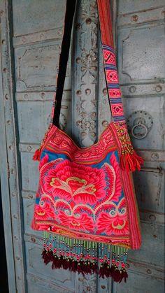 Jahrgang Hmong Stoff Tribal Crossbody Tasche Hand von LavishLanna Hippie Chic, Hippie Style, Tribal Bags, Handmade Bags, Beautiful Bags, Hand Bags, Ibiza, Hand Embroidery, Boho Fashion