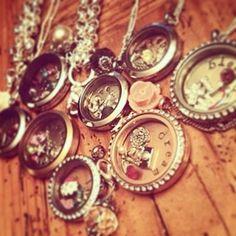 Qual história conta seu medalhão? Colares e pulseiras pra você personalizar com os mais diversos Charms, Plaquinhas e Cristais. Monte o seu na nossa lojinha www.banilla.com.br ! #histórias #medalhões #personalizáveis #colar #pulseira #charms #lifesecrets #cristais #banilla