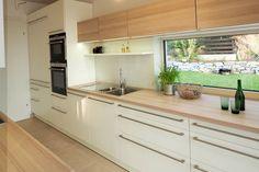 EWE Küche mit Blick in den Garten. Planung und Ausführung: Tischlerei Ecker; Architektur by dominikpetz.at