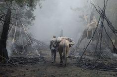 slow-west-2015-006-back-shot-man-with-horse-enter-burnt-village.jpg (1000×662)