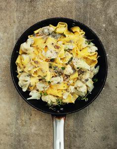 Dit heerlijke recept voor pappardelle met bloemkool en gorgonzolakomt uit de nieuwste telg in De Zilveren…