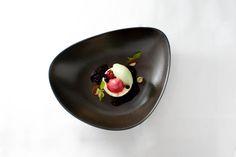 """Das Dessert Etwas schwer, aber verführerisch cremig! New York Cheesecake spielt mit salzigen Erdnussaromen, gibt mit einem Nougat- Knusperboden den Zähnen was zu knacken und erhält u.a. durch Kirschgel und Sauerampfereis noch eine fruchtig- frische Note."""""""