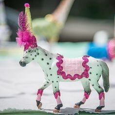 Fun Party horse. Horse cake topper and table decorations. By Painted Parade