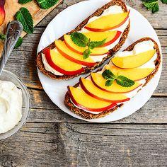 Low-Carb-Brot mit Quark und Früchten