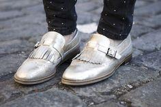 Zapatos Oxford dorados con lengüeta de flecos, de Maktoob 2012