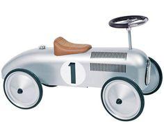 Ab geht die Fahrt: Dieser schicke Flitzer im Nostalgielook lässt nicht nur Kinderaugen strahlen. Mit seiner Retro-Aufmachung und liebevollen Details begeistert OLDTIMER auch als Accessoire in der Wohnung. Wir finden, dass das süße Spielauto zudem eine besonders schöne Geschenkidee ist.