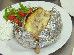 Die Kochprofis - Ofenkartoffel mit Hackfleisch-Lauch-Bergkaesefüllung und Sauerrahm