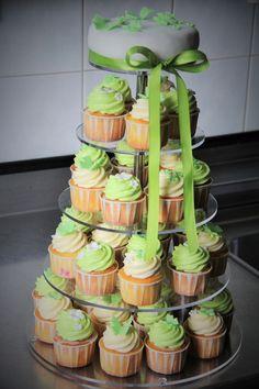 Cupcakes Hochzeitstorte in lind-grün und weiss mit Schmetterlingen und Blumen dekoriert