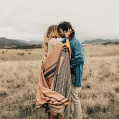 Couple& engagement photography in an open field. Shooting Couple, Couple Posing, Couple Shoot, Engagement Couple, Engagement Pictures, Engagement Shoots, Fall Engagement Outfits, Country Engagement, Winter Engagement