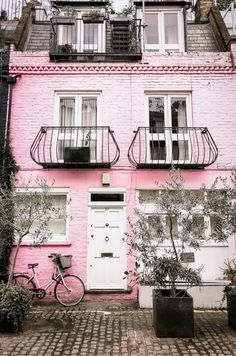 (Is that a thing?) I finally made it to the famous mews of Notting Hill when I was in London. Does anyone know what movie this pink house was featured in? I'll give you a clue: I feel it in my fingers I feel it in my tooooes London Map, London Places, London Travel, London What To See, Things To Do In London, Notting Hill London, London Instagram, Sky Garden, Pink Houses