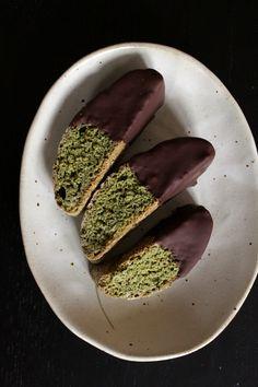 Cantuccini au matcha glacés au chocolat noir