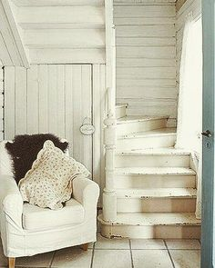 Check Out 17 Incredible Shabby Chic Staircase Design Ideas. shabby chic is a style that promises to top the trend charts when it comes to interior design and decorating in 2016 as well. White Cottage, Cozy Cottage, Cottage Living, Cottage Style, Farm Cottage, Shabby Cottage, Living Room, Cottage Stairs, Home And Deco