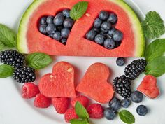 Having guests over and want to serve a healthy appetizer, snack tray, or dessert? Here are some amazing & easy summer fruit dishes. Watermelon Fruit, Watermelon Recipes, Fruit Salad, Healthy Foods To Eat, Healthy Snacks, Healthy Eating, Healthy Fruits, Vegan Foods, Stay Healthy