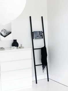 Balance a DIY ladder for added storage and decoration Diy Ladder, Ladder Decor, Hanging Ladder, Diy Hanging, Ladder Hanger, Ladder Storage, Diy Clothes Ladder, Scarf Storage, Diy Blanket Ladder