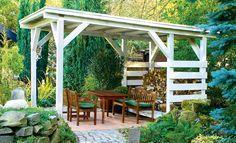 Eine Pergola ist nicht nur ein schicker Sitzplatz, sondern auch überdachter Raum im Garten. Auch Feuerholz sitzt hier geschützt vor Regen.