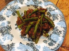 Stoofvlees Vadouvan recept van receptblog Foodinista One Dish Dinners, Ottolenghi, Asparagus, Stew, Green Beans, Crockpot, Curry, Spices, Dishes