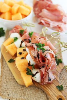 Brochetas de Melón, Proscuitto y Mozzarella Receta Aperitivos con melón, pros - Appetizers For A Crowd, Holiday Appetizers, Appetizers For Party, Holiday Recipes, Melon And Proscuitto, Prosciutto Crudo, Skewer Recipes, Wine Recipes, Appetizer Recipes